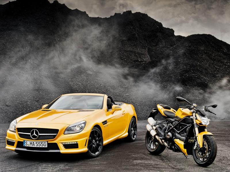 На автомобильной выставке в Болонье Mercedes-Benz показало единственный в своем роде ярко-желтый родстер SLK 55 AMG.