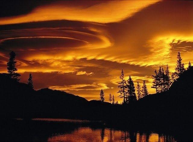 Причудливые облака на закате в национальном парке Йосемити, США