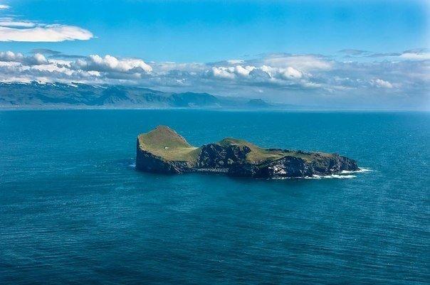 Крошечный дом на отдаленном острове в Исландии.