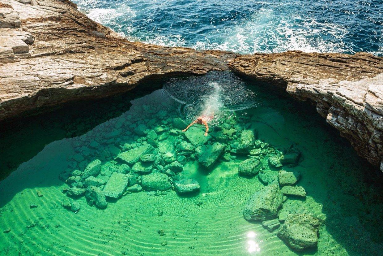 Кристально чистый природный бассейн в Греции