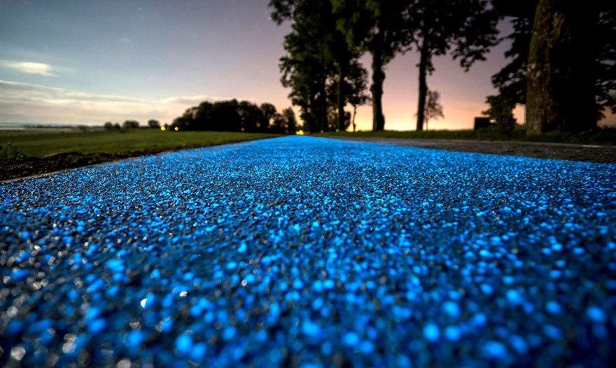 В Польше придумали светящиеся велодорожки, которые заряжаются от солнца.