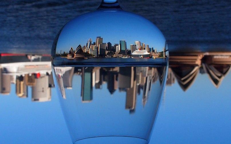 Мир сквозь бокалы. Невероятно красиво!